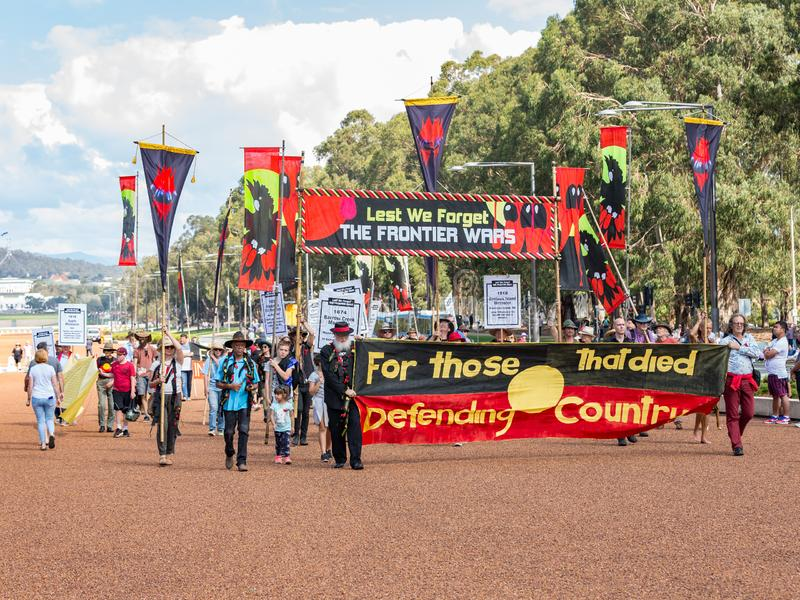 """CANBERRA, AUSTRALIA †""""Kwiecień 25, 2019: Kontyngent Tubylczy ludzie maszeruje przy Anzac dnia Krajową ceremonią trzymającą doro fotografia royalty free"""