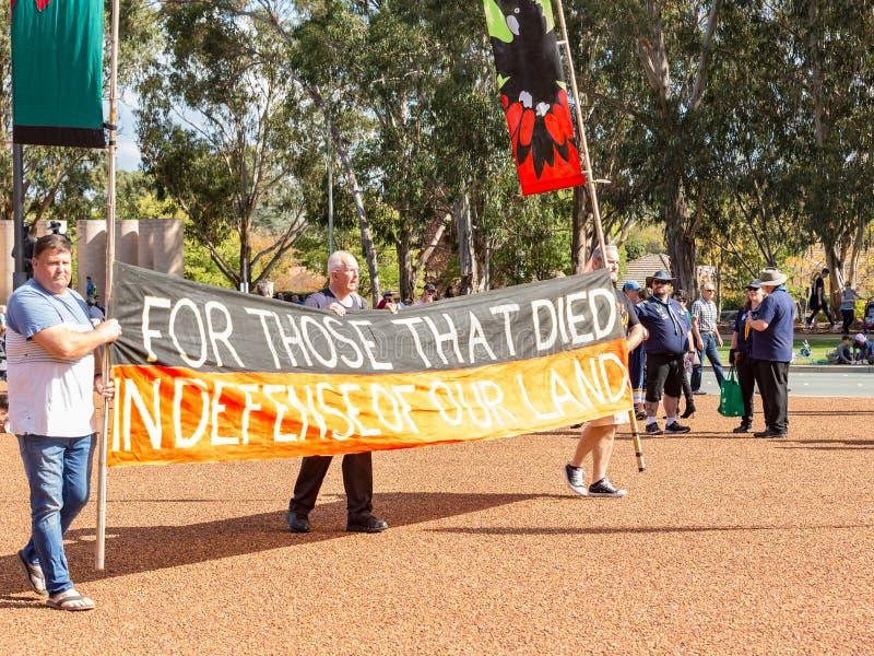 """CANBERRA, AUSTRALIA †""""Kwiecień 25, 2019: Kontyngent Tubylczy ludzie maszeruje przy Anzac dnia Krajową ceremonią trzymającą doro fotografia stock"""