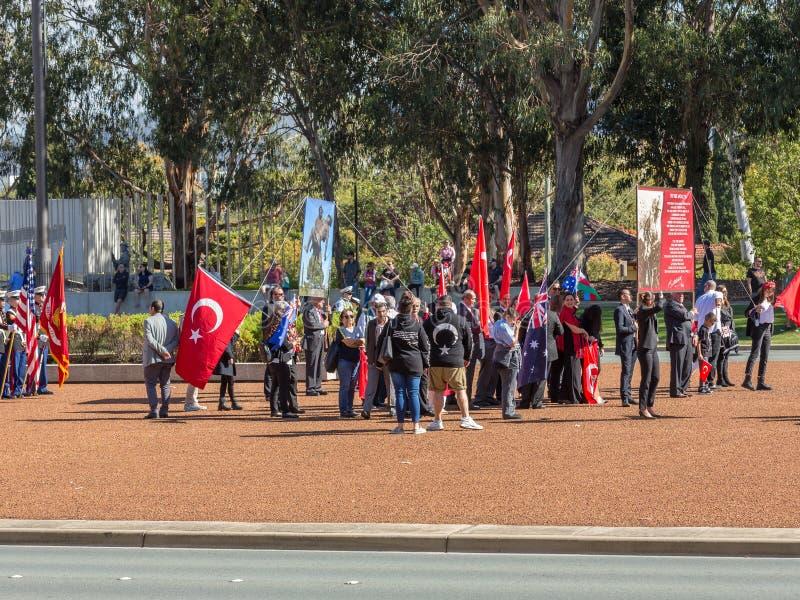 """CANBERRA, AUSTRALIA †""""Kwiecień 25, 2019: Kontyngent wmarsz przy Anzac dnia Krajową ceremonią trzymającą dorocznie w Canberra obraz royalty free"""