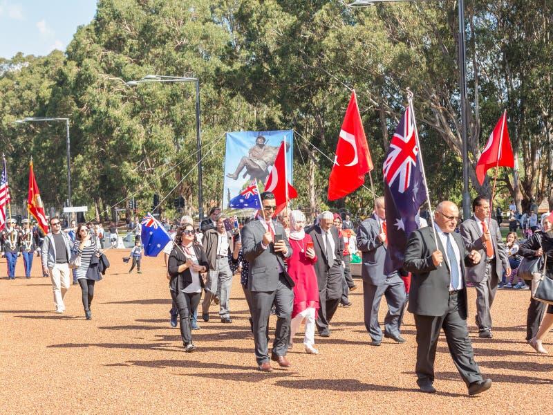 """CANBERRA, AUSTRALIA †""""Kwiecień 25, 2019: Kontyngent wmarsz przy Anzac dnia Krajową ceremonią trzymającą dorocznie w Canberra obrazy royalty free"""