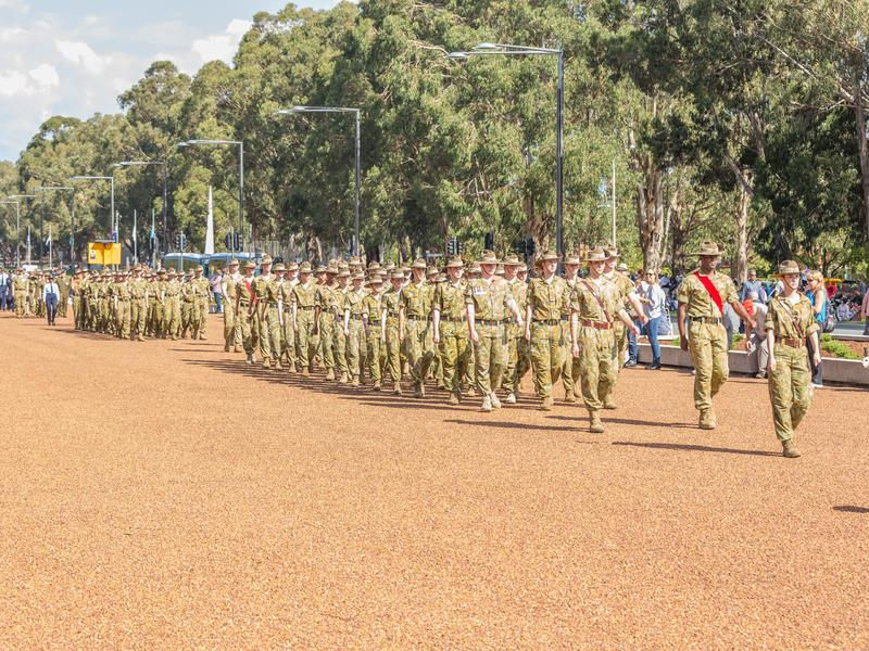 """CANBERRA, AUSTRALIA †""""Kwiecień 25, 2019: Kontyngent wmarsz przy Anzac dnia Krajową ceremonią trzymającą dorocznie w Canberra zdjęcia stock"""