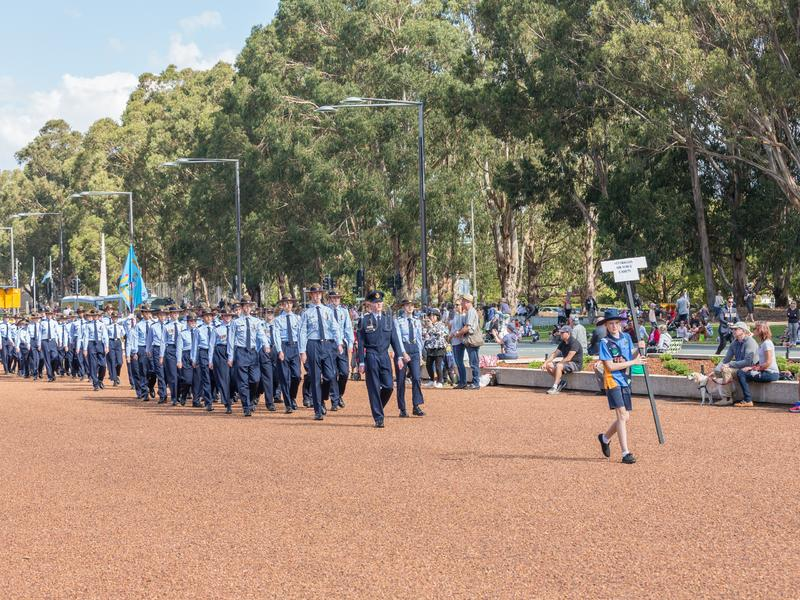 """CANBERRA, AUSTRALIA †""""Kwiecień 25, 2019: Kontyngent wmarsz przy Anzac dnia Krajową ceremonią trzymającą dorocznie w Canberra fotografia royalty free"""