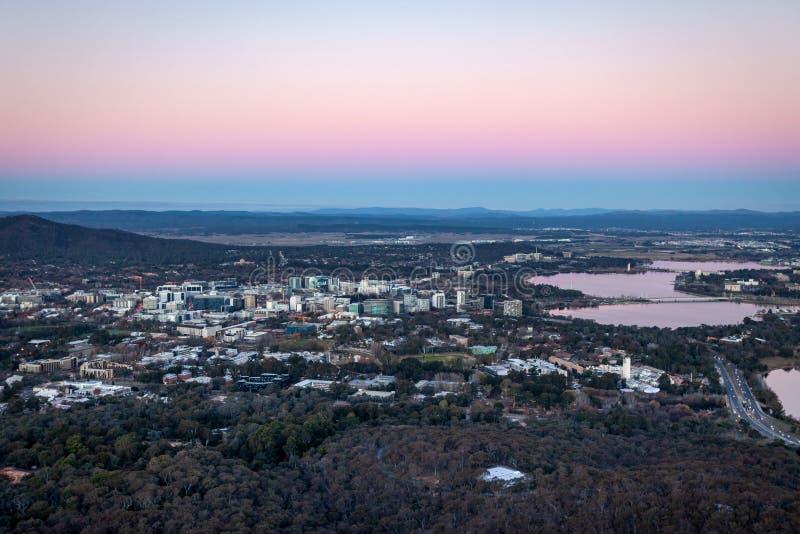 Canberra City op Dusk Australia stock foto's