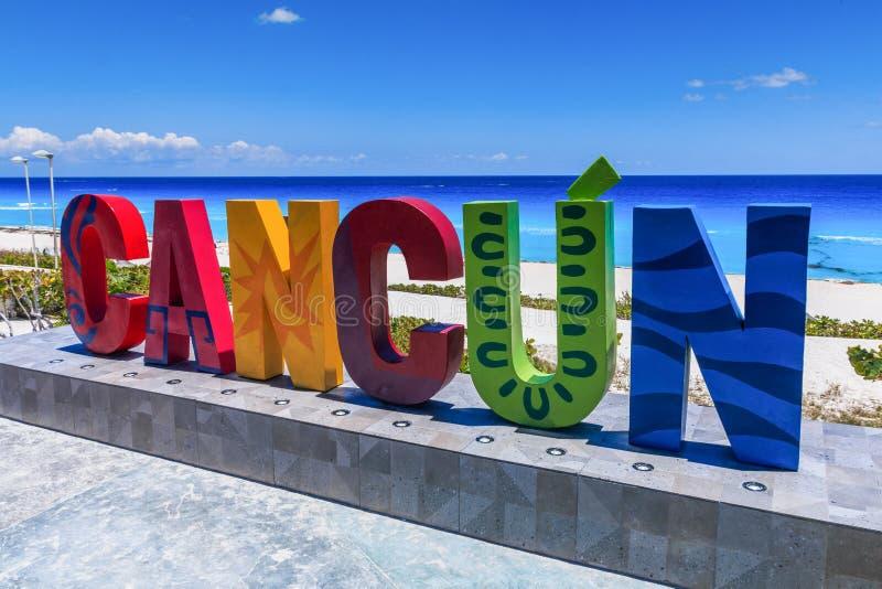 Cancún, México. Delfines de Dolphin Beach. Señal de ciudad de Resort imágenes de archivo libres de regalías