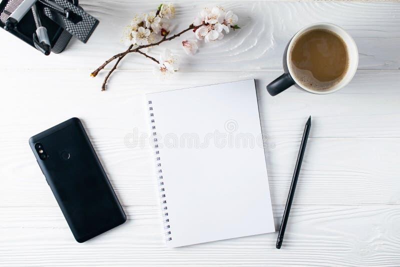 Cancelleria dell'ufficio, telefono, taccuino, caffè e pensil, scrittore fotografie stock