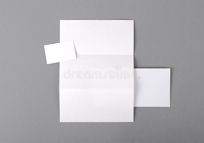 Cancelleria di base in bianco. Carta intestata piegata, biglietto da visita, envelo fotografia stock
