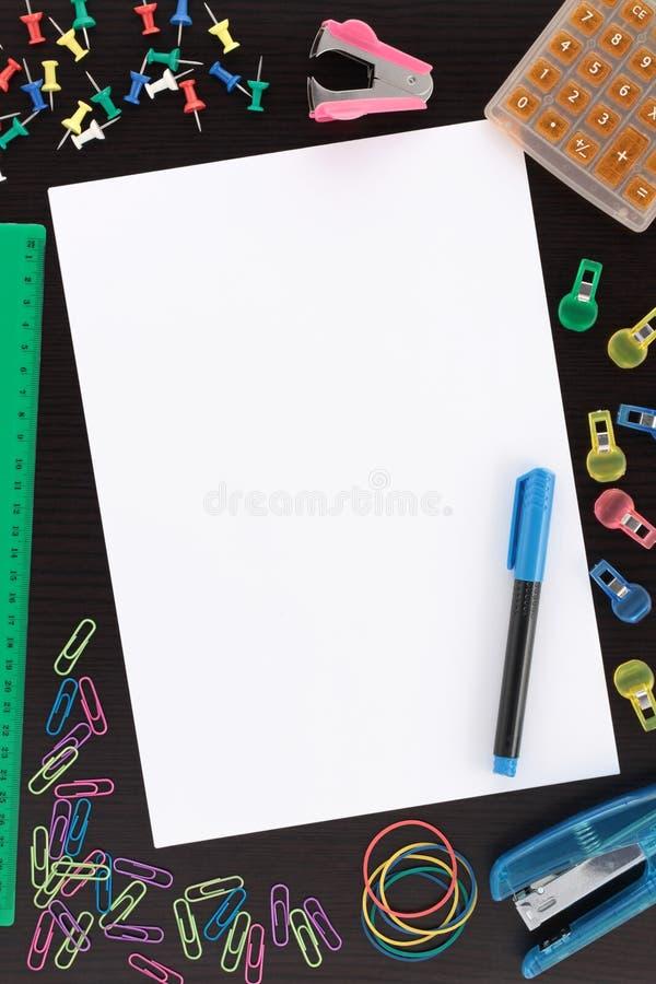Cancelleria di generalità con documento e la penna fotografia stock