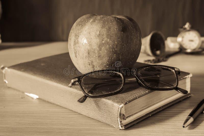 Download Cancelleria E Frutti Sullo Scrittorio Immagine Stock - Immagine di mela, branding: 56889377