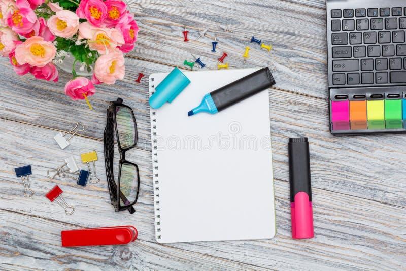 Cancelleria, fiori e blocco note fotografia stock