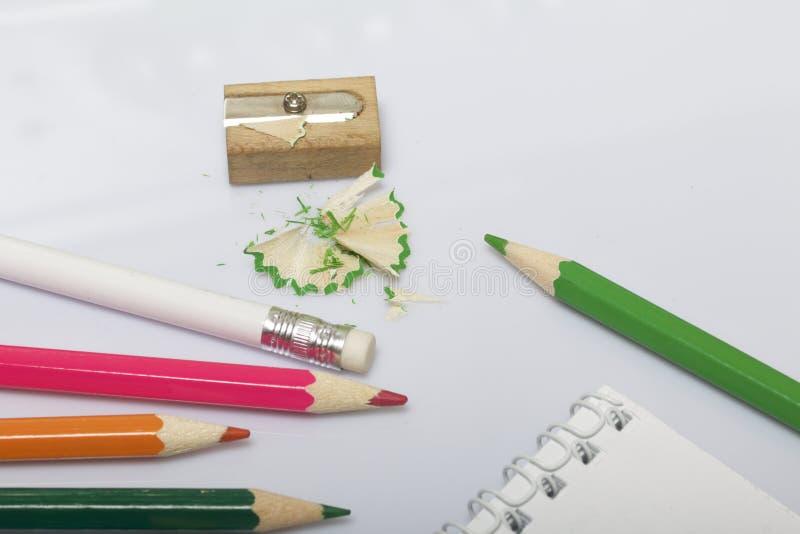 Cancelleria per la scuola ed insegnare Blocco note e matite per la scrittura e disegnare Temperamatite con la rasatura della mati fotografia stock