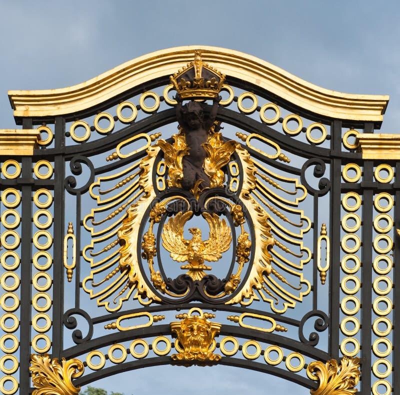 Cancello dal Buckingham Palace a Londra fotografia stock