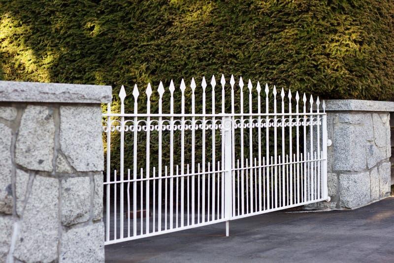 Cancello del metallo bianco fotografia stock libera da diritti