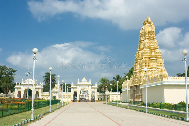 Cancello del nord del palazzo del maragià di Mysore immagini stock