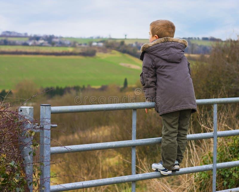 cancello del ragazzo immagini stock libere da diritti