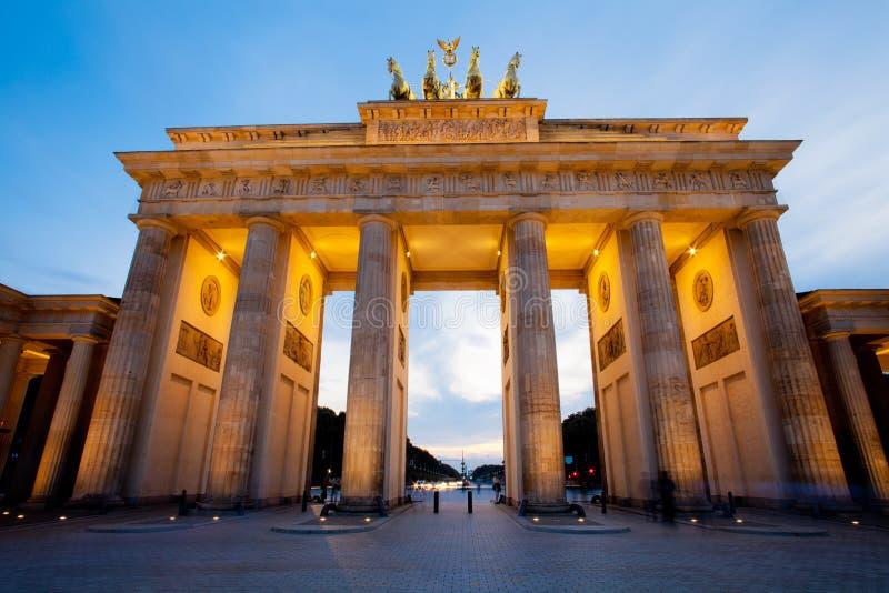 Cancello di Brandeburgo (tor) di Brandenburger Berlino fotografia stock libera da diritti