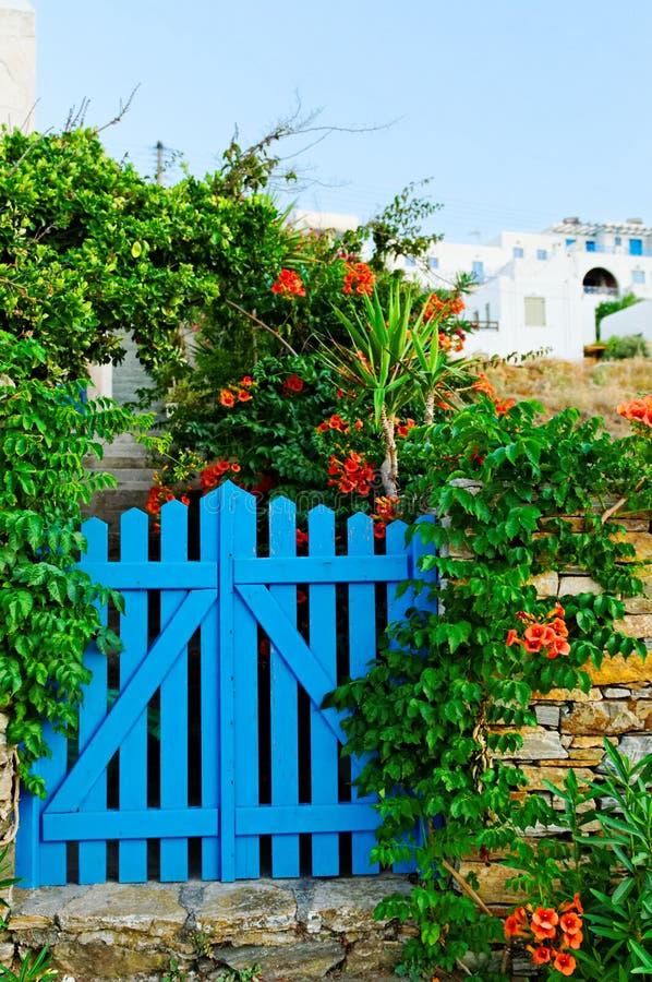 Cancello di giardino blu fotografia stock libera da diritti