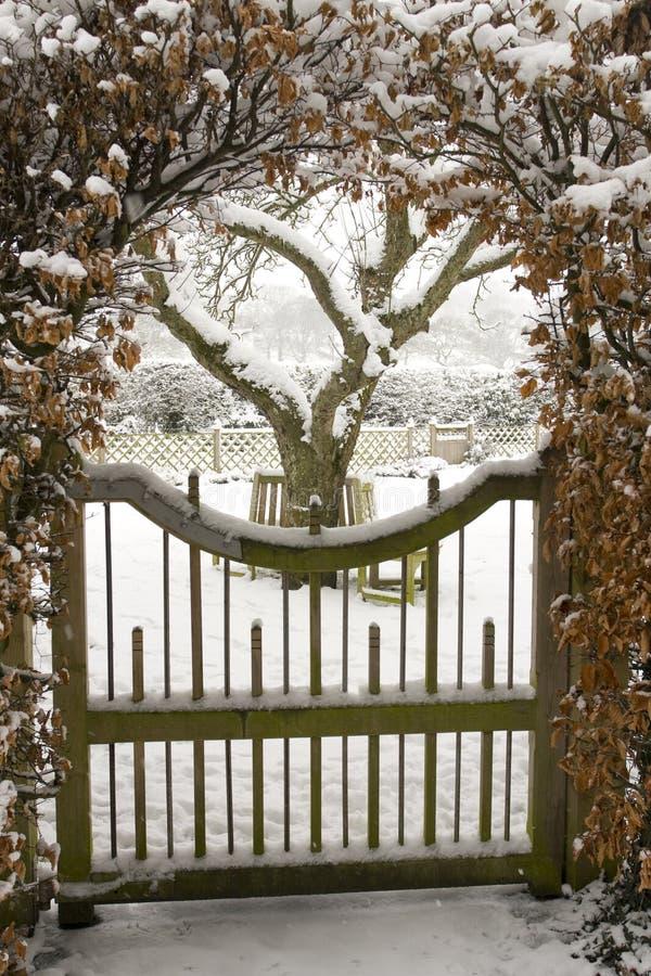 Cancello di giardino coperto in neve fotografia stock