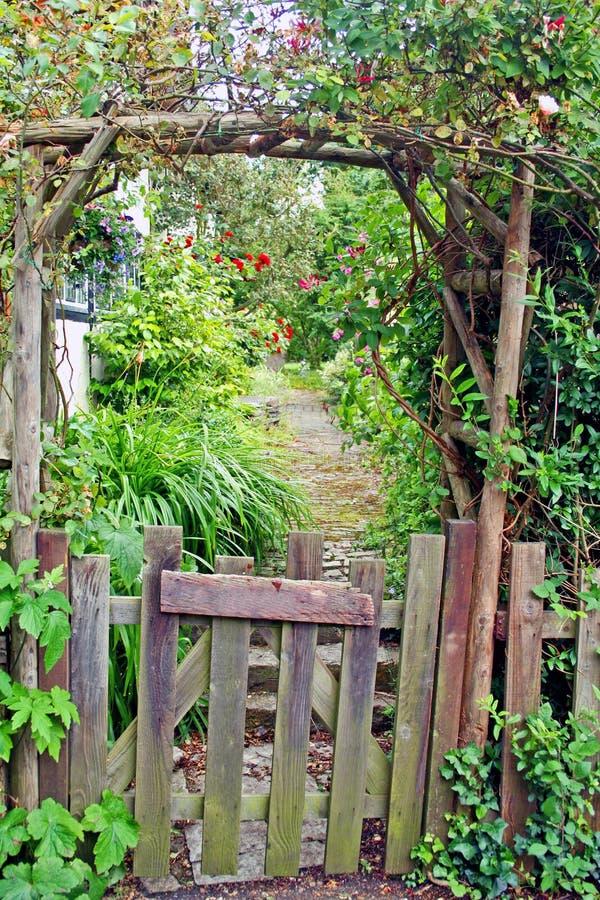 Cancello di giardino rustico fotografia stock immagine - Giardino rustico ...