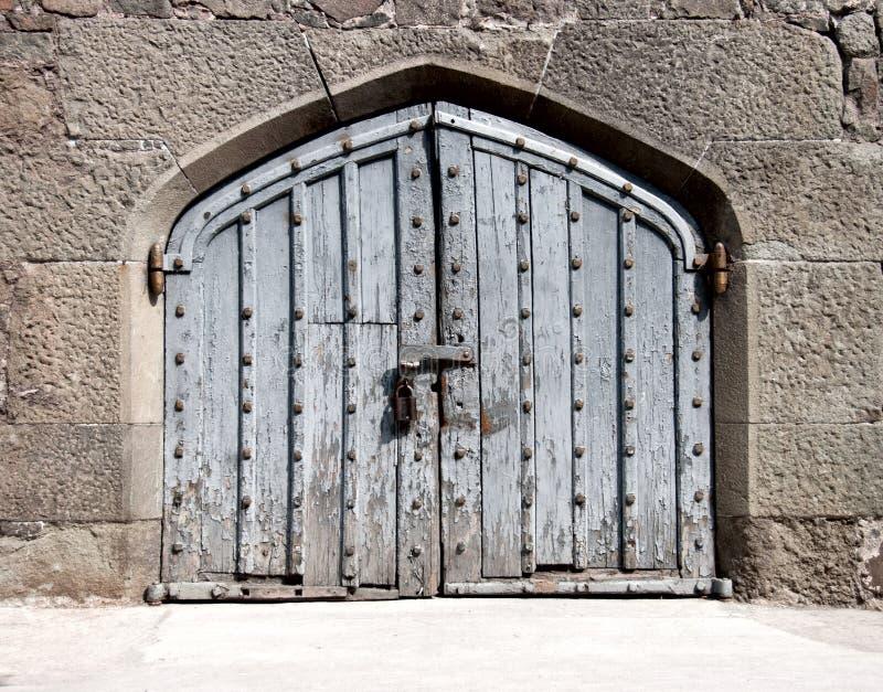 Cancello di legno in un palazzo antico immagini stock libere da diritti