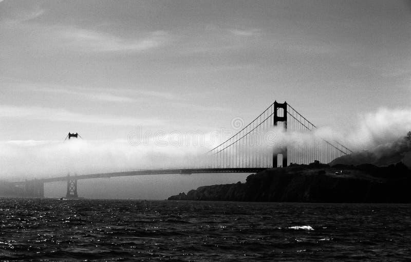 Cancello dorato in nebbia fotografie stock libere da diritti
