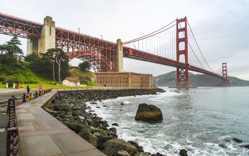 Cancello dorato quando tramonto con nebbia nell'inverno, San Francisco, Califor immagini stock libere da diritti