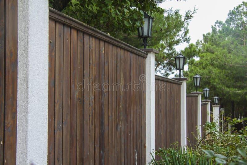 Cancello e rete fissa eleganti sull'entrata della casa fotografia stock