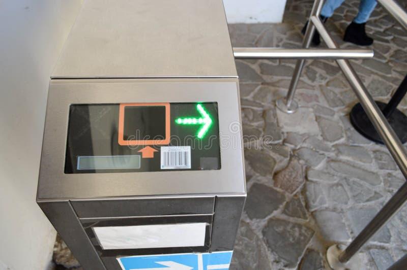 Cancello girevole automatico del metallo moderno per passare la gente sulle carte di plastica, passaggi Controllo elettrico con u immagini stock