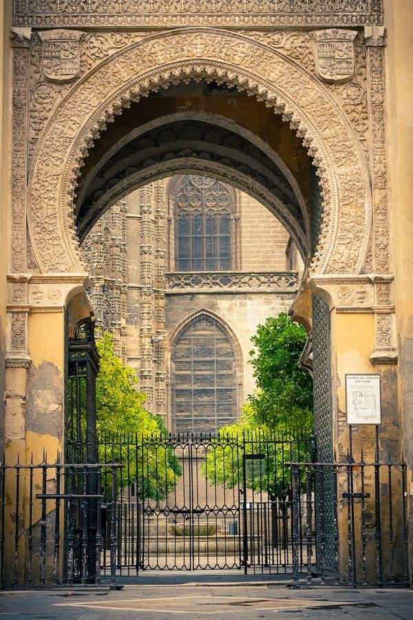 Cancello a La Giralda a Sevilla immagine stock