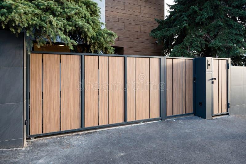 cancello moderno della casa immagine stock immagine di lusso garage 61147001. Black Bedroom Furniture Sets. Home Design Ideas