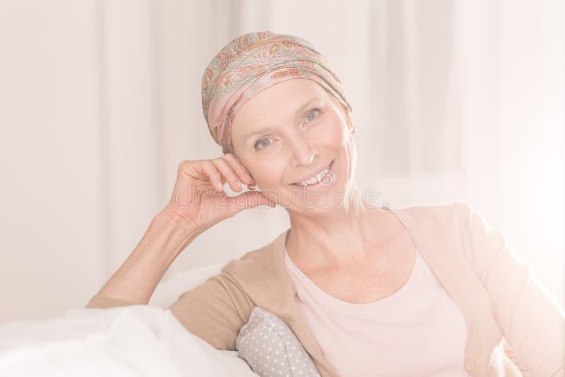 Cancerkvinna med positiv inställning royaltyfria bilder