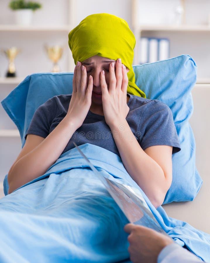 Cancerpatient som bes?ker doktorn f?r medicinsk konsultation i clini royaltyfri bild