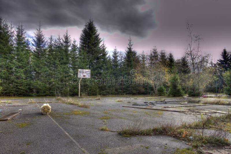 Cancha de básquet abandonada imagen de archivo libre de regalías