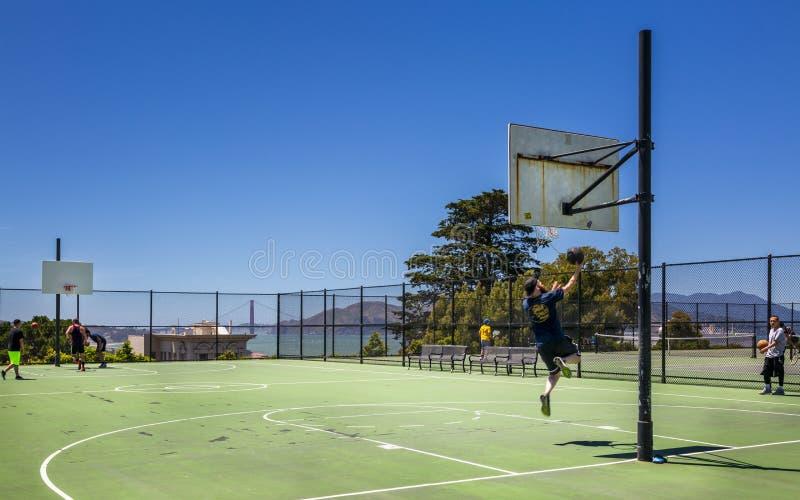 Cancha de básquet con puente Golden Gate en el fondo, San Francisco, California, los E.E.U.U., Norteamérica fotos de archivo libres de regalías