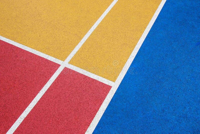 Cancha de básquet, rojo, amarillo y azul coloridos con la línea blanca fotografía de archivo libre de regalías