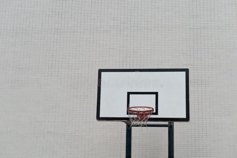 Cancha de básquet y aro urbanos de la calle imagenes de archivo