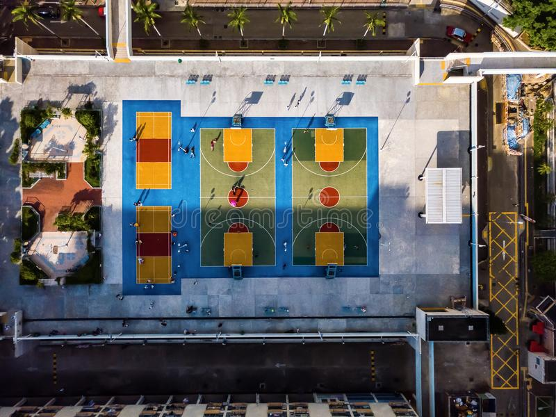 Canchas de básquet coloridas desde arriba en Hong Kong foto de archivo