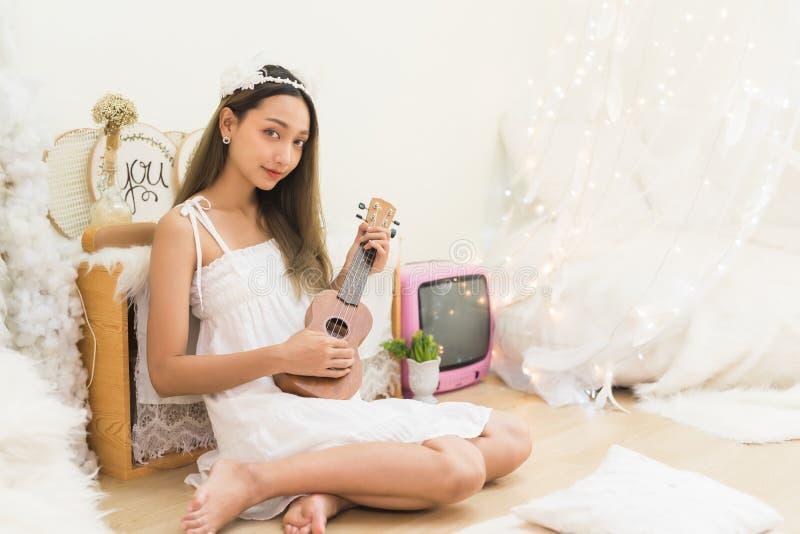 Canción acústica de la mujer del ukelele hermoso del juego imagenes de archivo