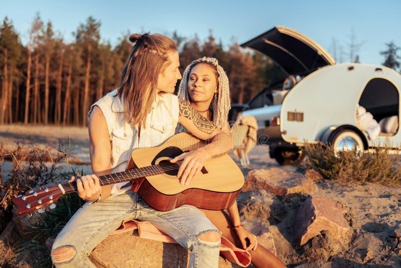 Canción de amor del canto del novio para su mujer atractiva con los dreadlocks imagen de archivo libre de regalías