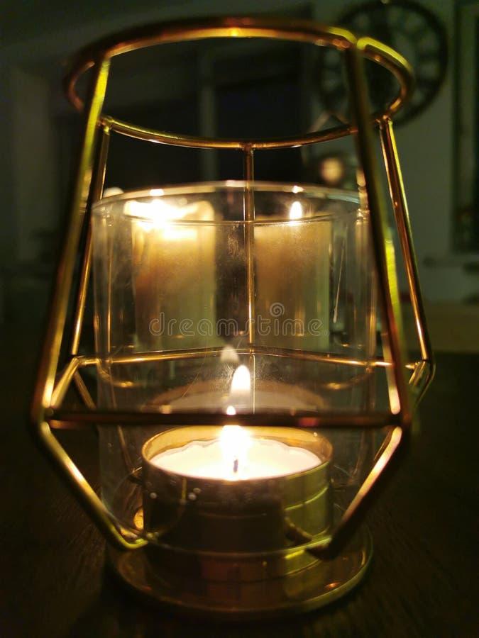 Canciones blancas en fondo oscuro La fiesta de la decoración Papel tapiz abstracto Bellas velas blancas, gran diseño para cualqui imagen de archivo libre de regalías