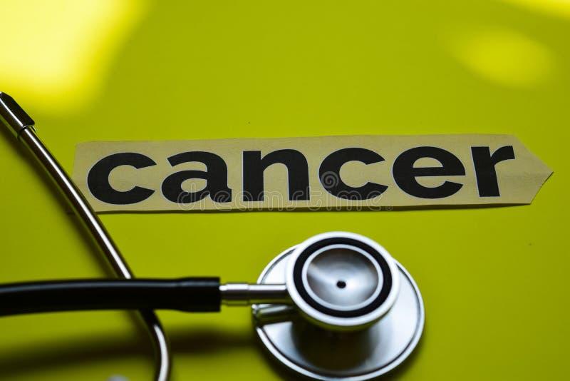 Cancro del primo piano con ispirazione di concetto dello stetoscopio su fondo giallo fotografia stock