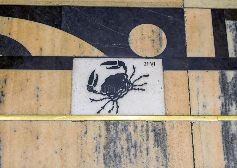 Cancro seguendo la linea meridiana della meridiana in Milan Cathedral, Italia del segno dello zodiaco fotografia stock
