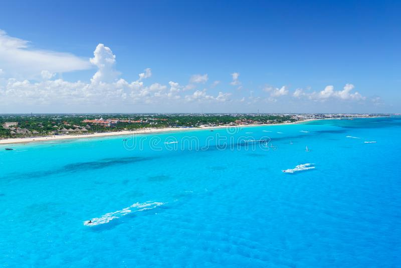 Cancun Μεξικό από τις παραλίες Cancun ` s άποψης ματιών πουλιών με τα ξενοδοχεία και την τυρκουάζ καραϊβική θάλασσα στοκ φωτογραφία με δικαίωμα ελεύθερης χρήσης