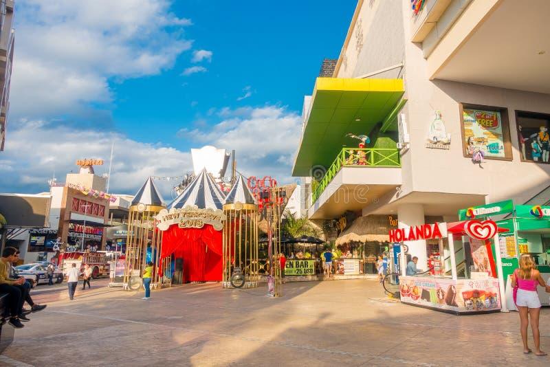 CANCUN, ΜΕΞΙΚΌ - 10 ΙΑΝΟΥΑΡΊΟΥ 2018: Μη αναγνωρισμένοι άνθρωποι υπαίθρια να απολαύσει να περιβάλει ζώνης ξενοδοχείων Cancun ` s στοκ εικόνες
