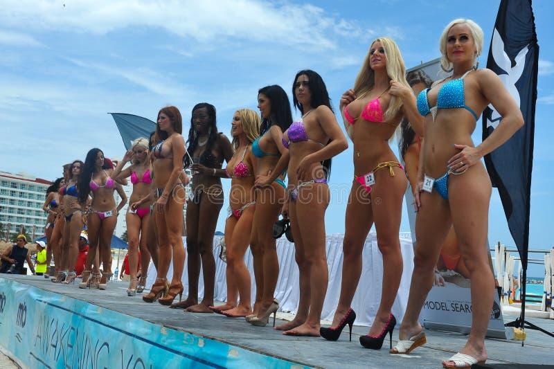 CANCUN, ΜΕΞΙΚΌ - 3 ΜΑΐΟΥ: Διαμορφώνει lineup σύμφωνα με τη σκηνή κατά τη διάρκεια των ημιτελικών IBMS το 2014 στοκ εικόνες