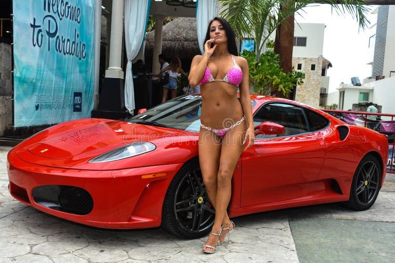 CANCUN, ΜΕΞΙΚΌ - 3 ΜΑΐΟΥ: Ο πρότυπος Morgan Μαρία θέτει το εξωτερικό με το κόκκινο αυτοκίνητο κατά τη διάρκεια των ημιτελικών IBM στοκ φωτογραφίες