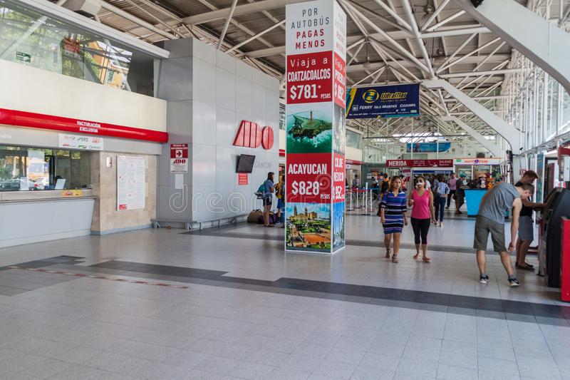 CANCUN, ΜΕΞΙΚΌ - 24 ΦΕΒΡΟΥΑΡΊΟΥ 2016: Εσωτερικό του διεθνούς αερολιμένα Cancun, Mexi στοκ φωτογραφία με δικαίωμα ελεύθερης χρήσης