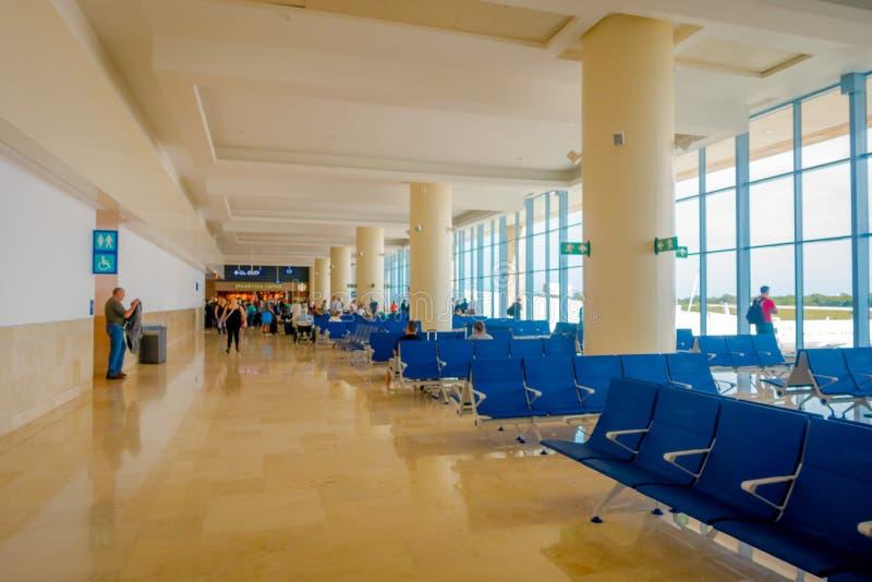 CANCUN, МЕКСИКА - 12-ОЕ НОЯБРЯ 2017: Неопознанные люди ждать в стульях расположенных на интерьере Cancun стоковая фотография