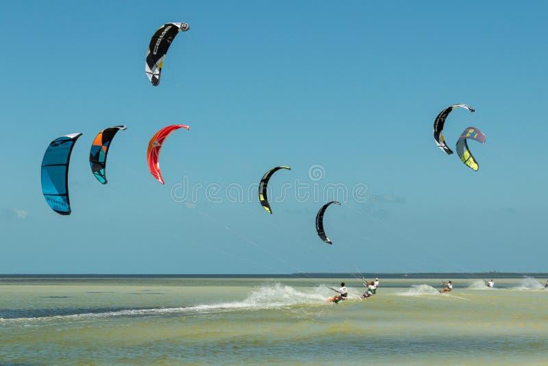 CANCUN, МЕКСИКА - 02/18/2018: Adrenalin Kitesurf Спорт приключения стоковые изображения