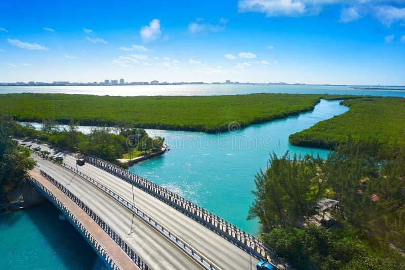 Cancun flyg- sikt av den Nichupte lagun royaltyfri bild