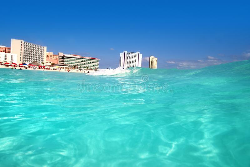 cancun karibiskt hav upp siktswave royaltyfria foton